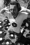 Azzuro, Mann, weißes Shirt, Vinyl, Uhr, Handgelenk, Schrei, Bart, Musik, Kopfhörer, Schallplatten, Vinyls, barfuß, Boden, Gras, Shorts