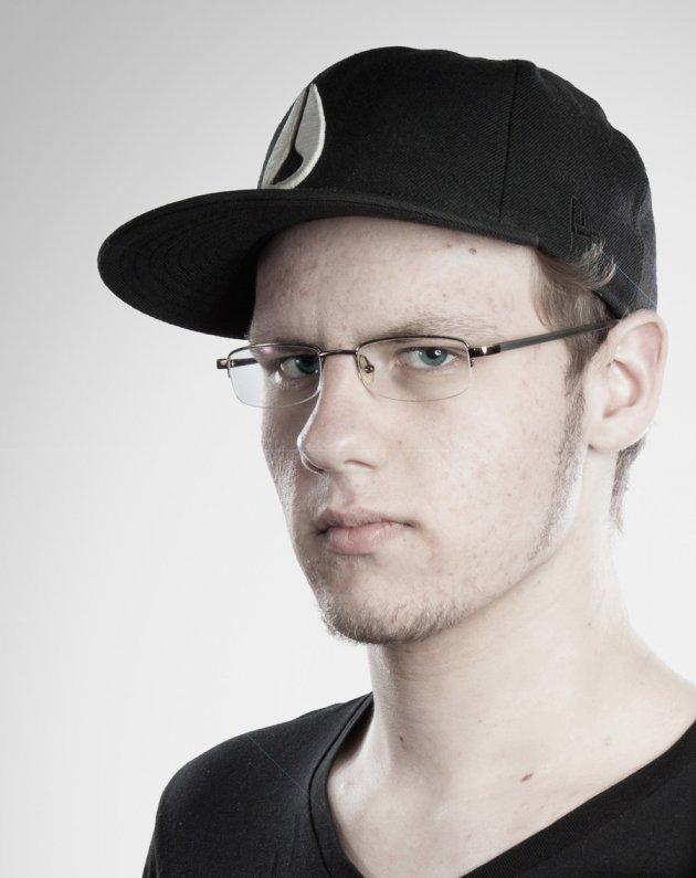 Pickel, weiß, Brille, Mütze, DJ, böser Blick, Mann