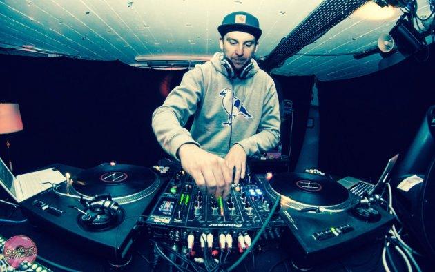 DJ, Turntable, LP, Hat, Mütze, Schowi, Laptop, Hoodi, Kapuzenpullover