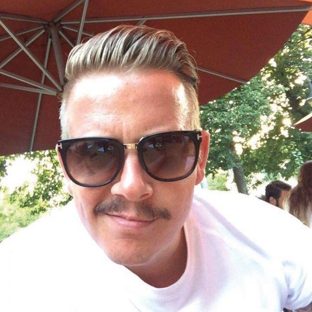 mann, Brille, Bart, Grinsen, Weißes Shirt, Haare, Roter Sonnenschirm, Menschen, Hintergrund