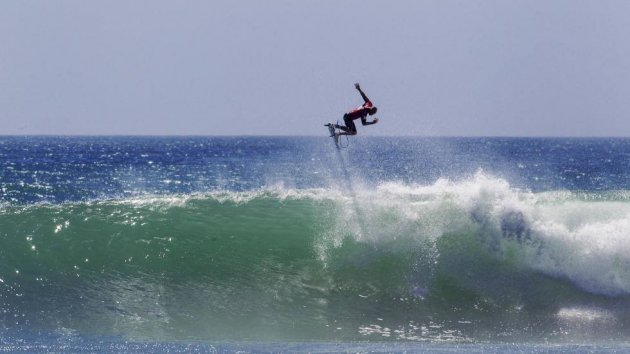 Kelly Slater, Jump, Sprung; Wave, Welle, türkises Wasser, Surfen, Blaues Meer
