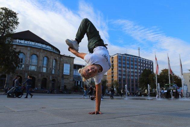 Naomi Karfich, Platz der Alten Synagoge, Freiburg, Breakdancerin, B-Girl, BGirl, Theater Freiburg, Platz, Fahnen