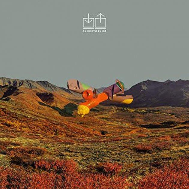 Funkstörung, Logo, Cover Funkstörung, Berge, wüste, karges Land, Holzfigur, rote Sträucher
