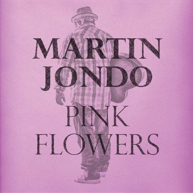 Martin Jondo, Pink Flowers, Mann, Gitarre, Hut, Kopftuch, Flanell Hemd, kariertes Hemd, Jeans, Sneaker, lila Farbe