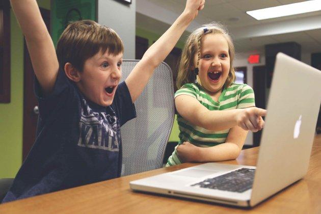 Kleine Kinder, Party, Computer, freuen, Freude, Arme hoch