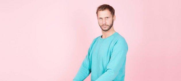 Mann, Stuhl, Pullover, Hose, Schuhe, Rosa Hintergrund