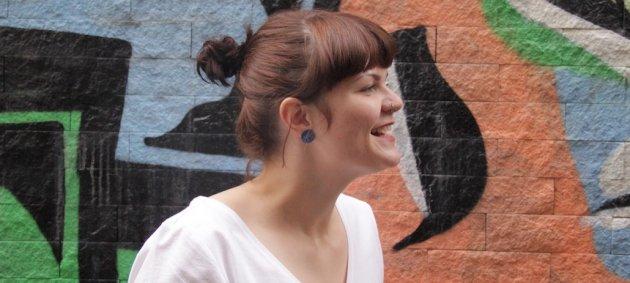 Sophie Passmann, Frau, Woman, Brown Hair, Braunes haar, Ohrring, Piercing, Graffitti, weißes Shirt, white Shirt