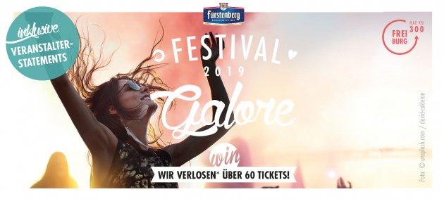 FEstival Galore 2019, Festival Tickets, WIN, Wir verlosen Tickets, Veranstalter Statements, Eine Frau auf einem Festival hat die Hände in die Luft gehoben